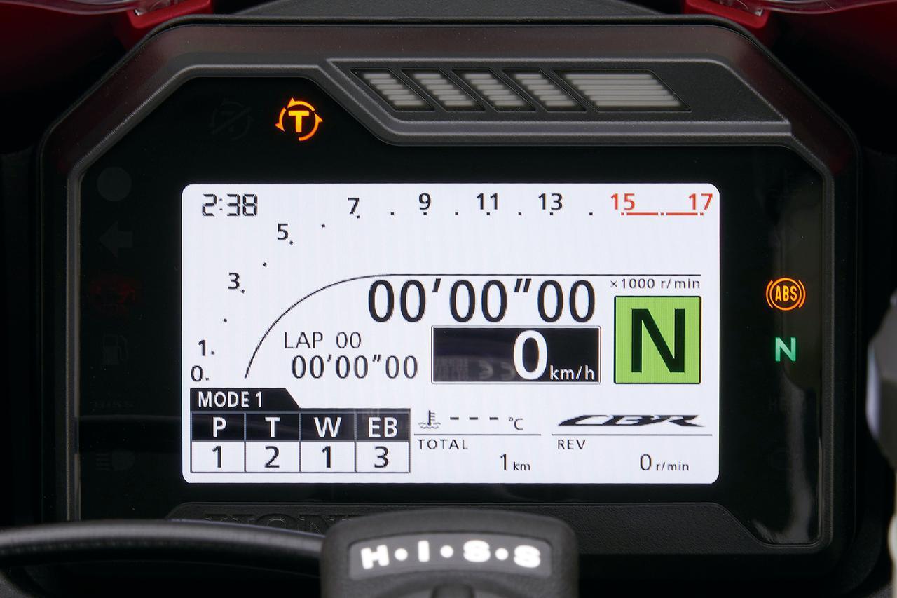 画像: メーター表示モードは2種類。こちらはラップタイムを大きく表示するスポーツモード。速度は中央の黒いウインドウに表示される。