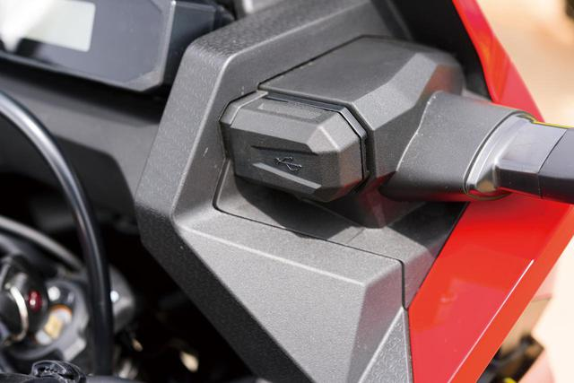 画像: 液晶メーターの右下方、ウインカーの根元の後ろにはUSB充電ポートも備えている。