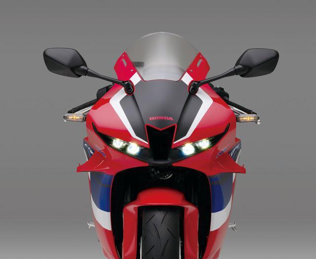 画像: 従来型の逆スラントノーズを発展させ、1000RR-Rのデザインの流れも汲んだフロントマスク。スクリーン角度は38°に設定される。