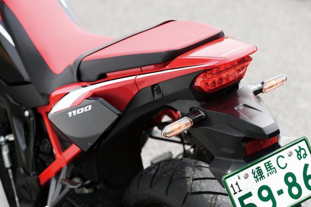 画像: 別体化したアルミ製リアフレームの採用もあって、オフロード車的にスリムにまとめられたテール周り。コンパクトなテールランプだが、LEDの採用により優れた被視認性を実現。