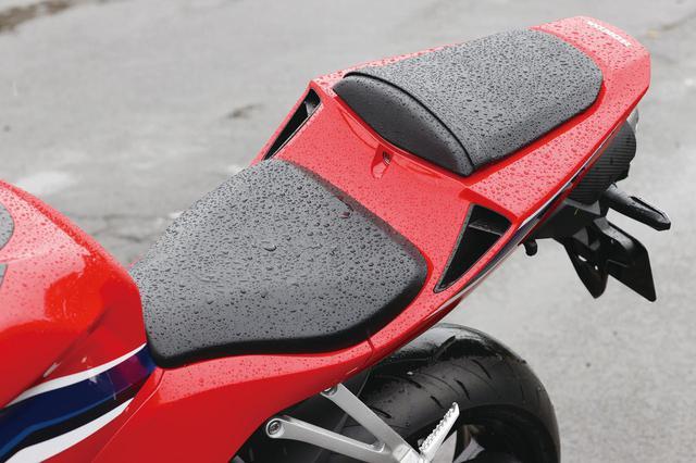 画像: テールカウルとシートの形状は従来型の面影を強く残したもの。シートの座面は大きく、マシンコントロール性に優れるもの。