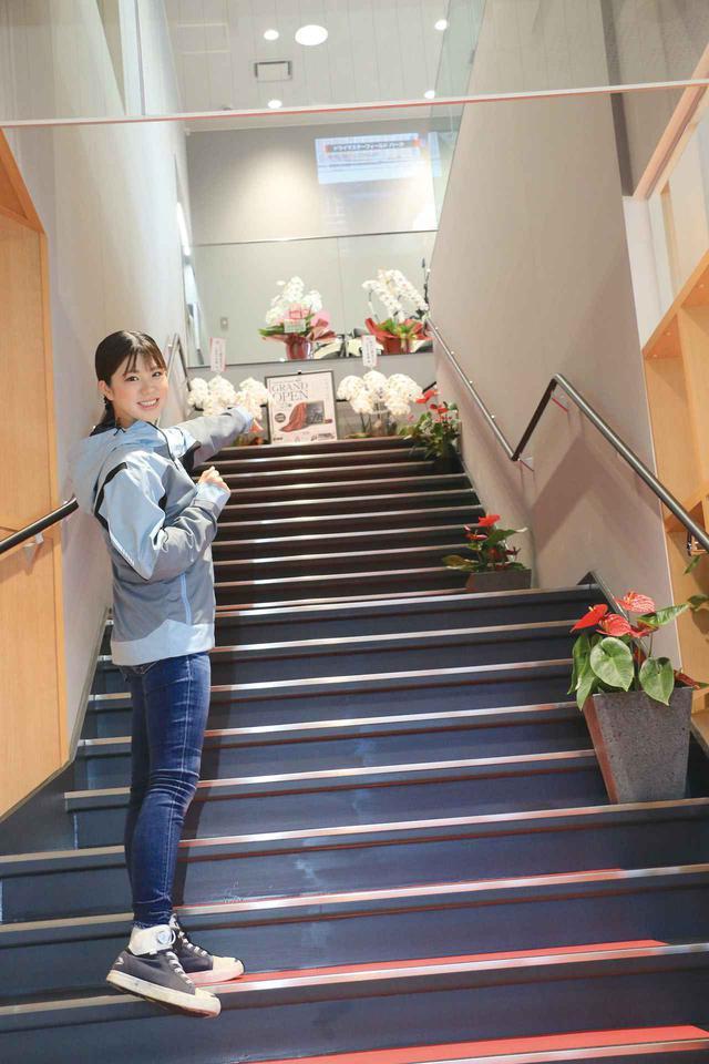 画像: 2階に上がる階段がドラマチックな雰囲気で、ホテルのように高級感のある展示フロアでは気になる車輌を360°からゆったり眺められます。