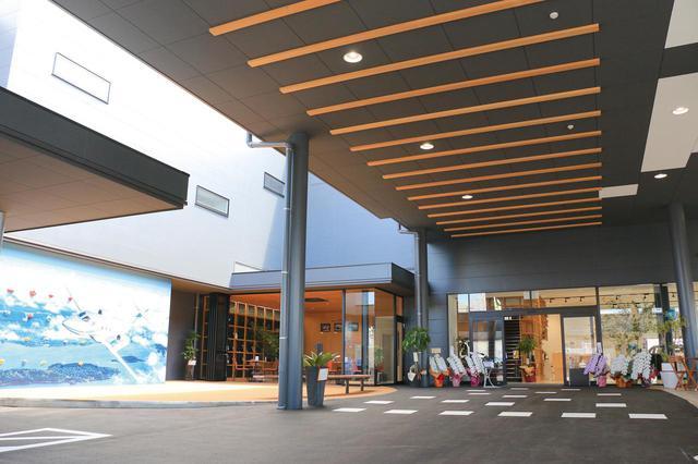 画像: 店舗入口は『Machinaka Park』と名付けられた交流広場があり、キレイな休憩ルームにキッズ用のボルダリング壁やイベント会場として使えるスペースも。