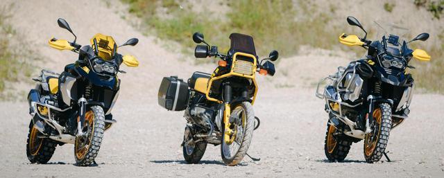 画像: 中央は「R 100 GS」 (左)「R 1250 GS」Edition 40 Years GS (右)「R 1250 GS Adventure」Edition 40 Years GS