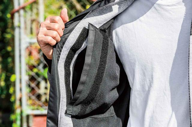 画像: 胸部プロテクターはオプションで装着可能。