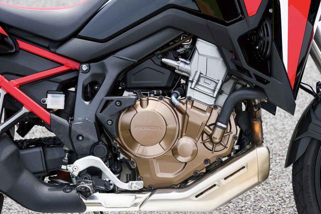 画像: 従来型では998㏄だった水冷並列ツインエンジンだが、現行モデルに搭載されるにあたって大きく改良を受けている。ストロークを伸ばして排気量を1082㏄まで拡大し、新しいシリンダーヘッドなどと合わせてパワーアップして余裕ある力強い走りを実現。しかも、各部の材質の見直しによって-2.5㎏(通常ミッションモデル)もの軽量化も達成された。