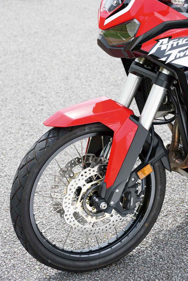 画像: オフロードでの走破性とオンロードの快適さを両立するため、185㎜という長いストロークを備え、減衰力のセッティングを最適化した倒立フロントフォークを採用。フロントブレーキはラジアルマウントの4ポッドキャリパーに、φ310㎜ダブルディスクを組み合わせ、オンロード、オフロードにモードを切り替えられる選択式ABSを装備。