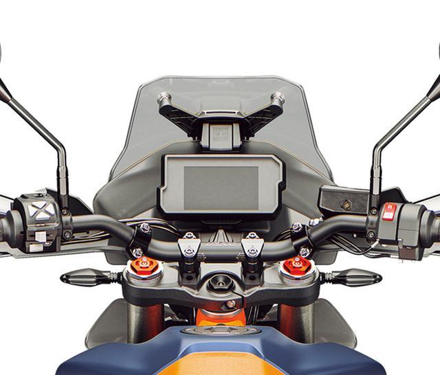 画像: アルミ製のテーパーハンドルバーは、快適なライディングポジションに一役買うほか、車体コントロールの面でも効果的なもの。調整幅30㎜で6段階で位置調整が可能となっており、ライダーの体格や好みのポジションに合わせてセッティングできる。
