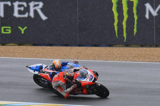 画像: ストレートスピードにまさる43デスモセディチをブレーキングとコーナーで追い詰める42GSX-RR