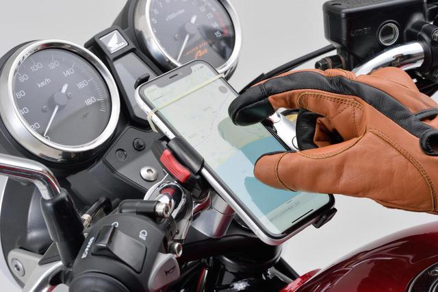 画像: 指先には通電性を持たせていて、グローブをつけたままスマホを操作することもできます。