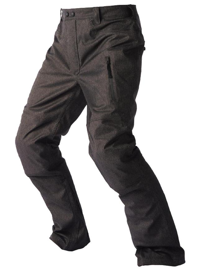 画像: ポケットは止水ジッパー。裾にもファスナーがあり、すぼめて穿くことも、開いてゆったり履くこともできます。