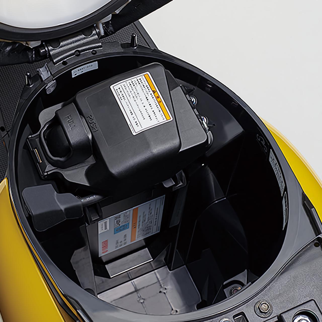 画像: シート下にバッテリーを搭載。空いているスペースに別売のスペアバッテリーを収納することもできます。