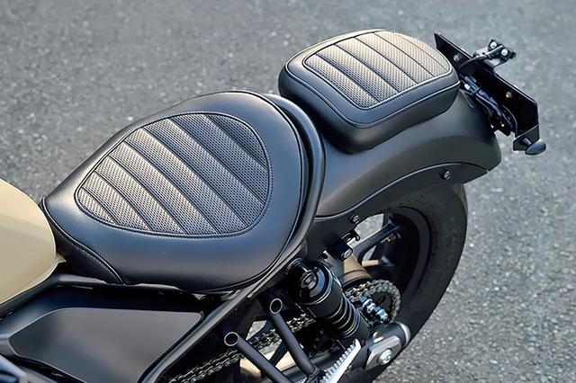 画像: 前後シートに被せてタックロール調にできるシートカバー(シートカバーセット ロール[サイド部プレーン])は、この夏発売予定の新製品だ。