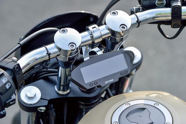 画像: 6インチ(約153mm)ライザーは参考装着品でドラッグバーをセット。センタークランプに置かれる角型デジタルメーターも開発中のアイテムだ。