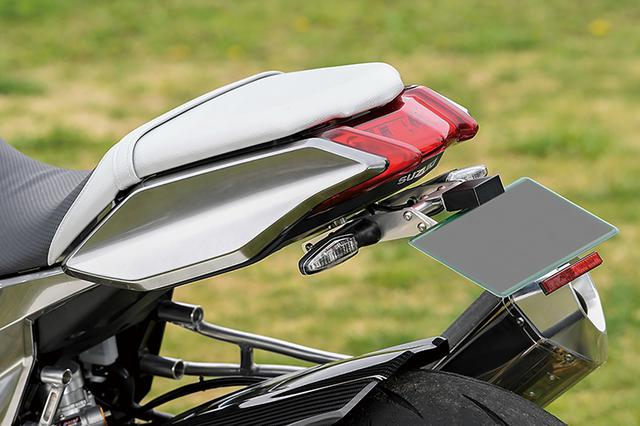 """画像: フェンダーレスキットはTG-RUNのワンオフ品。テールカウルも含めたボディは刀身を思わせるように""""ハガネシルバー""""で、同店デモバイクとしても知られるGSX1100Sフルメタル・ハガネ同様に、アラタカデザインがペイントしている。"""