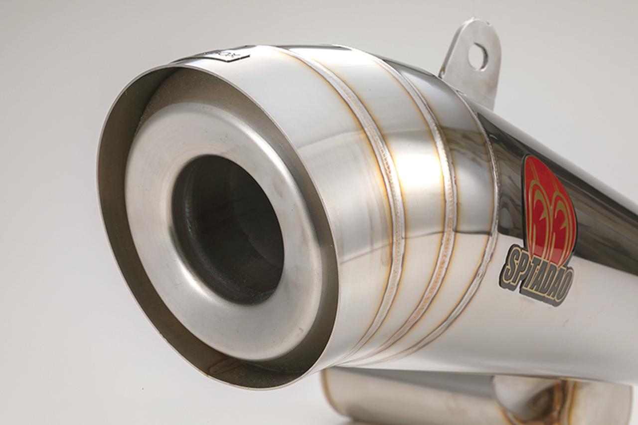 画像: マフラーエンド部。排気口径は3㎜アップしてφ48㎜となったが、一見では分からない部分。本体の素材は、超軽量ステンレスアウター+同ステンレスサイレンサーインナーの組み合わせだ。