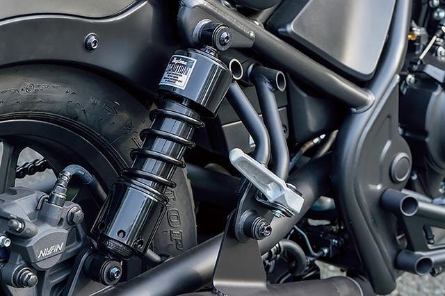 画像: 約20mm車高が下がるローダウンリアショック・ブラック・ヤマハSR/ホンダREBEL用は、レブルの安定性を高めてくれる。