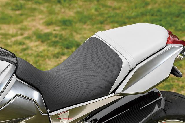 画像: 表皮とインナーフォームを変え、コントロール性と足着き、快適性を大幅に向上させたオリジナルシート。これも後に市販されたもの(TG-RUN スポーツ&コンフォートシート/4万円+税)。ベースとなるシート持ち込みで表皮の種類やカラーもオーダー可能となっている。