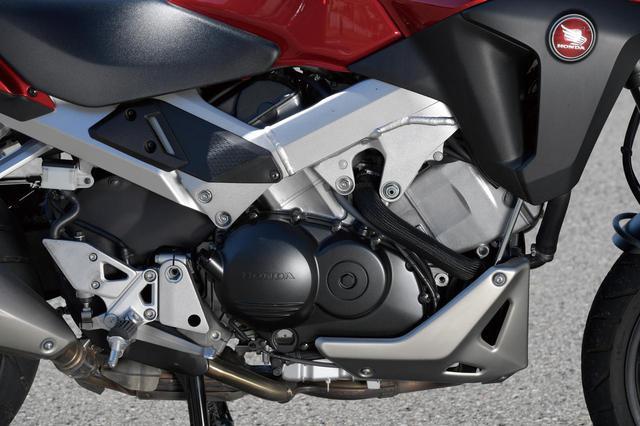 画像: HYPER VTEC機構を備える伝統の水冷V4エンジンは、幅広い走行シーンでキビキビとしたライディングを実現するために、吸排気系を中心に低中回転域のトルクを向上させるチューニングが施された。また駆動力のレベルを制御するセレクタブルトルクコントロールも採用された。