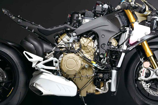画像: 総排気量:1103cc エンジン形式:水冷4ストDOHC4バルブV型4気筒 最高出力:157.5kW(214PS)/13,000rpm 最大トルク:124N・m(12.6kgf・m)/10,000rpm