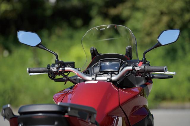 画像: アップライトなポジション設定に合わせ、幅683mmというワイドなハンドルを装着。さまざまな状況で車体の抑えやすさや、停車時の取り回しもしやすさなどにも配慮されている。寒い日でもツーリングを快適にする、5段階の温度調整が可能なグリップヒーターを標準装備。