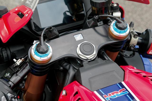 画像: SPのオーリンズ製電子制御サスペンションは第二世代。しなやかな動きと乗り心地の良さで月刊オートバイのテスター陣の評価も高かった。