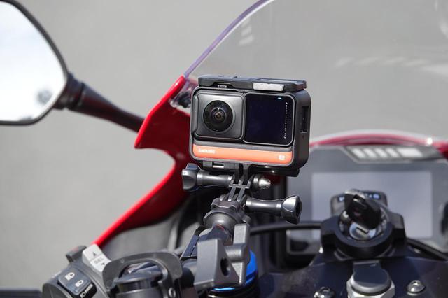 画像1: 走行車両には、なにやら車載カメラも…??