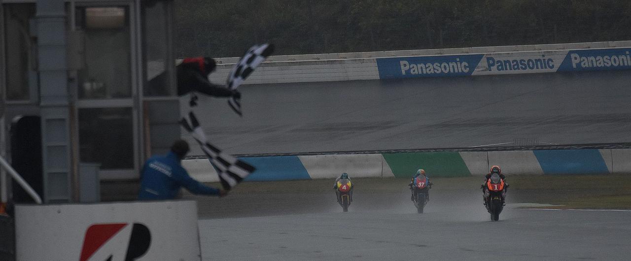 <全日本ロードレース> JP2は雨でも晴れでもCBR速いっ! ~レースは笠井悠太が3連勝!