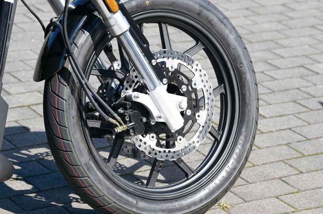 画像: フロントフォークは倒立タイプ。ブレーキは前後連動で、φ300㎜ダブルディスクを組み合わせる。