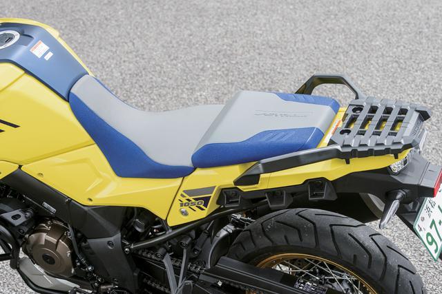 画像: シートはライダー側、タンデム側で分割され段差も設けられたセパレートデザイン。シートの表皮は、グリップ力が高い素材を使用することでホールド性をアップ。さらに新設計の形状を採用することによって、長距離ツーリングなどの安定性を高め、疲労を軽減する快適な乗り心地を実現している。XTはライダーの体格に合わせられるシート高の2段階調整機構も装備。