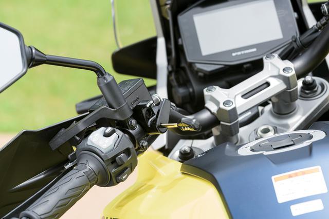 画像: ハンドルの左側スイッチボックスの内側にヘルメットホルダーが装備されている。メインキーで開閉が可能なため使い勝手も良好。