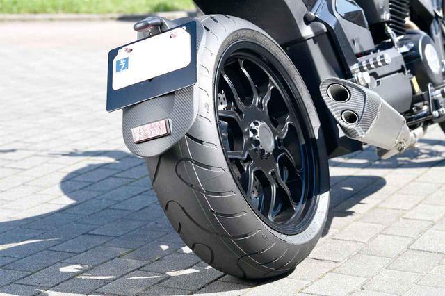 画像: リアタイヤは190サイズラジアル。片持ちスイングアームを標準装備。