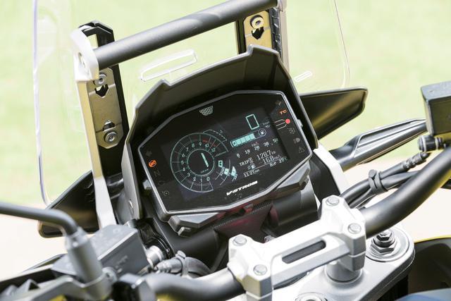 画像: スクリーンの背後に装着されている軽量コンパクトなフル液晶の多機能メーターパネル。XTでは背景が黒のカラー液晶を採用するが、スタンダードモデルは一般的な白背景の液晶になっている。しかし基本的な機能、デザインは両モデル共通だ。