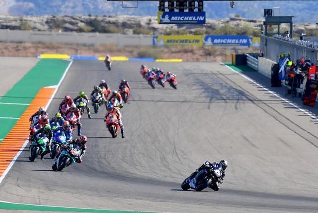 画像: これは2周目の1コーナーかな 12ビニャーレスが2番手以下をぐんぐん引き離します