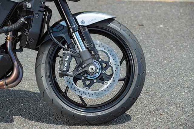 画像: フロントブレーキにはブレンボ製のモノブロックラジアルマウントキャリパーを採用。ABSも標準装備している。