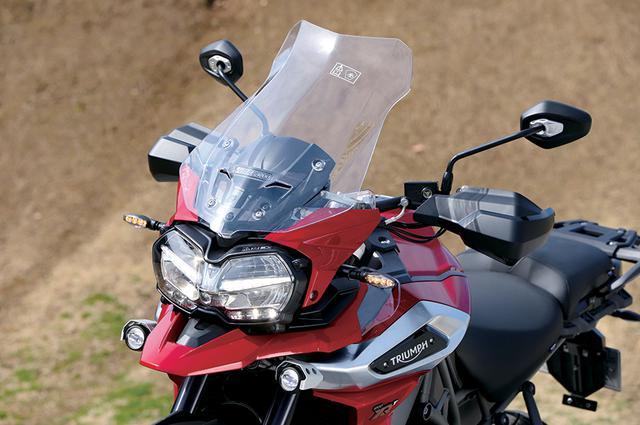 画像: 個性的なデザインのLEDヘッドライトは中央にコーナリングランプも装備。スクリーンは電動の無段階調整式が標準となっている。