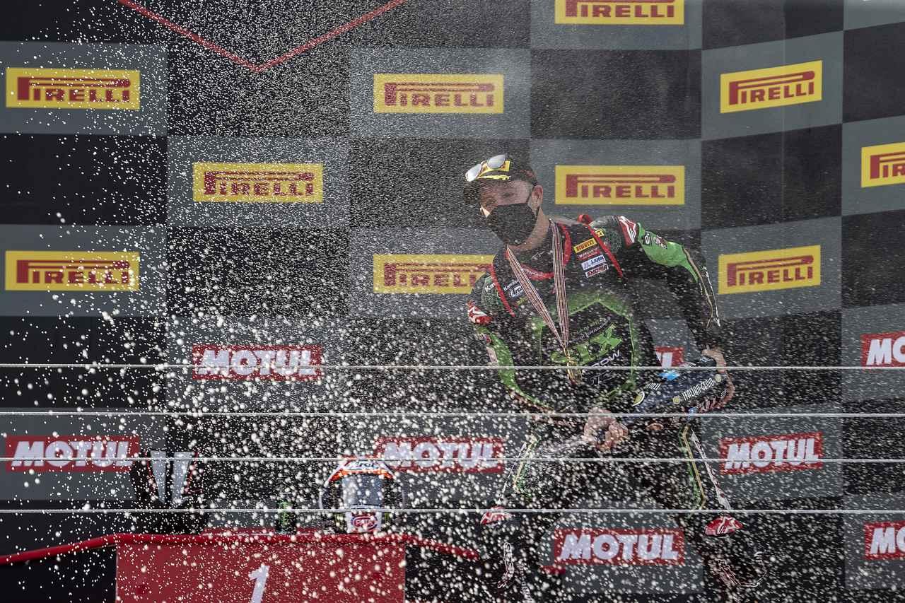 画像: チャンピオン表彰式で盛大にシャンパンファイト!