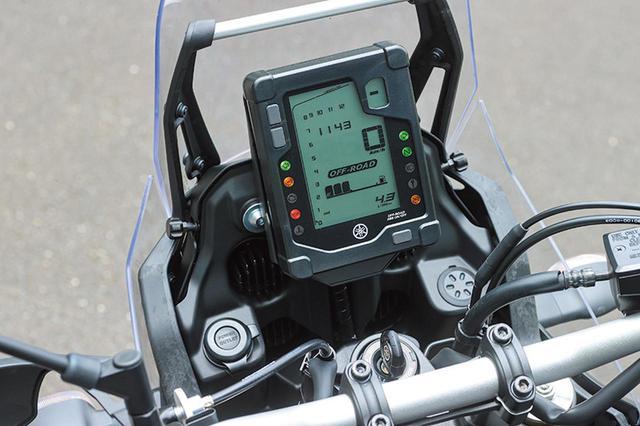 画像: 独創的な縦型デザインのメーターはモノクロのオール液晶。バーグラフ式タコメーターのレイアウトもユニークだ。上部にはアクセサリーバーも備わっている。