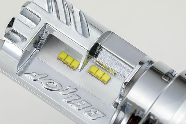 画像: 自慢の高輝度LED素子は両面計12個を配置。ベースとなったプレシャス・レイの計16個、ハイ : 2150ルーメン、ロー : 2000ルーメンのスペックには及ばないが、市街地走行をメインとするライダーには十分な明るさ。コストパフォーマンスの高さに注目したい。