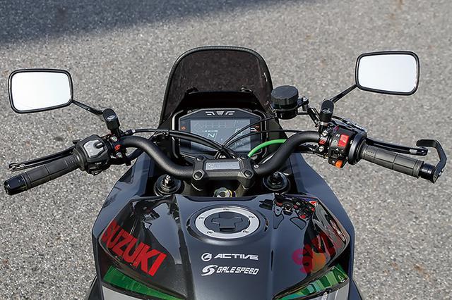 画像: KATANA用ローポジション・アルミハンドルバーはやや遠目で低い前傾姿勢を実現し、車両との一体感を高める。各部への干渉もなくボルトオン。フロントマスターはゲイルスピード・エラボレートVREφ17.5、クラッチホルダーもゲイルスピード・エラボレート32/34mm。ギルズツーリング製レバーガードやアクティブ・グリップラバー(エラストマー素材)も備える。