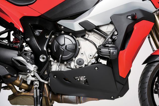 画像: 現行のS 1000 RR用をベースに開発された水冷並列4気筒エンジンは、単体重量も従来モデルより5kg軽量化。中低速重視のパワー特性のために、RRでは採用された可変バルブ機構のシフトカムは採用されていないが、それでも最高出力165PSという充分に強力なエンジンだ。さらに高速巡航での快適性をアップするために、ミッションは4~6速のギヤレシオを高速寄りに変更している。