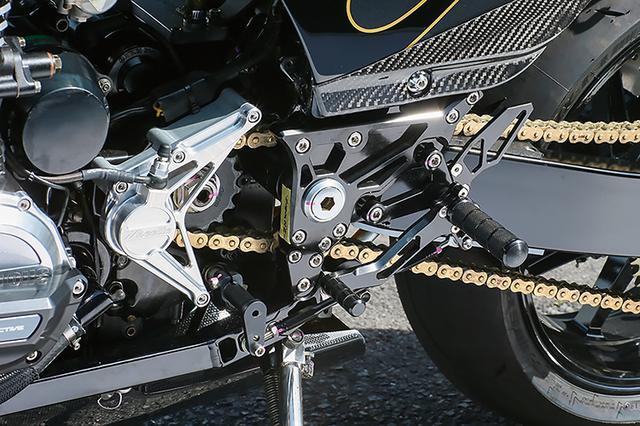 画像: ステップとダウンチューブはZRXエンジン搭載にも適するナイトロレーシングで、サイドカバー下部にはTAGOSヒールプロテクターを装着している。