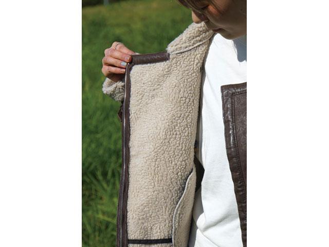 画像: 内側に毛足が長いフェイクムートンを使っている。腕の中まで使われているので、ライディング時の寒風をしっかりとガードしてくれる。