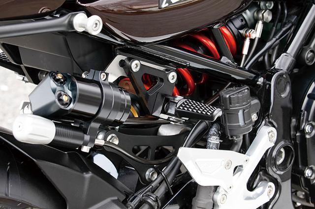 画像: リヤショックは車体姿勢を適正化する、同店オリジナル設定によるハイパープロ。このZ900RS用にはスプリングカラーも変更している。