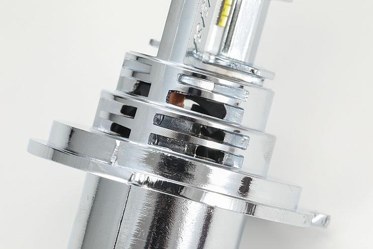 画像: プレシャス・レイZのボディコンパクト化に貢献する冷却ファン部のアップ。その本体実寸は純正ハロゲンランプのバルブサイズとほぼ一緒だ。初めてLED化という向きも、ボルトオン気分で気軽に交換可能。