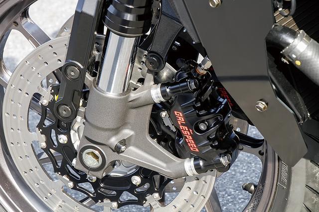 画像: フロントブレーキキャリパーはゲイルスピード・エラボレート4ピストン(108mmピッチ)でφ34/30mm。ディスクは変形やガタを抑えるゲイルスピード・クロスロックディスクローターφ310mm。フォーク内部にはハイパープロスプリングが組み込まれる。
