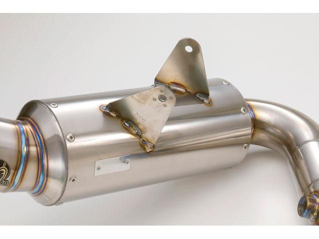 画像: 核心部のPOWER BOXサイレンサー。コンパクトなデザインの中に、高い排気効率と騒音/排出ガス規制をクリアする性能が詰め込まれる。下面には車検対応品を示す政府認証プレートも。