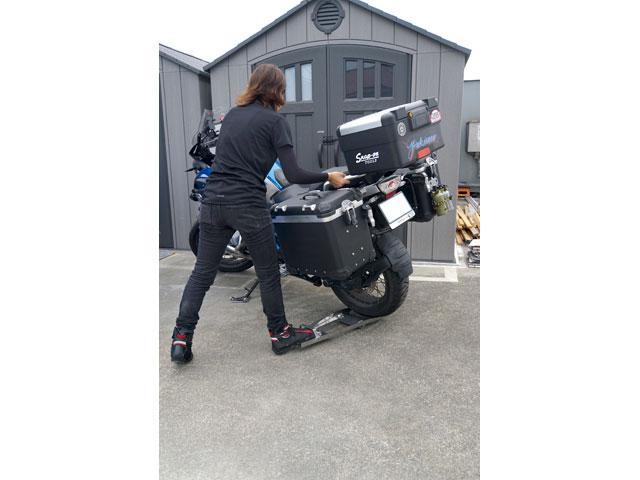 画像: 試しに身長155cm/体重46kgのバイク女子に総重量300kgを超えると思われるBMW R1200GSの移動に挑戦してもらった。最初は踏んでもバイクじゃなく本人が浮いてしまうという事案が発生したが、何度かトライして慣れたら問題なく動かせた。
