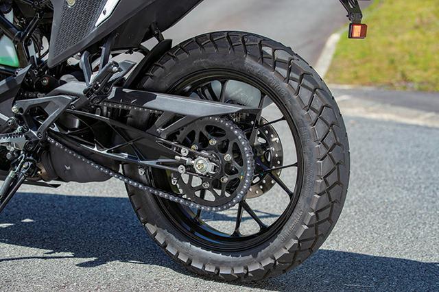 画像: デューク同様、オープンラティス構造のスイングアームは補強部を前面に出したデザイン。タイヤはコンチネンタル製のブロックパターン。