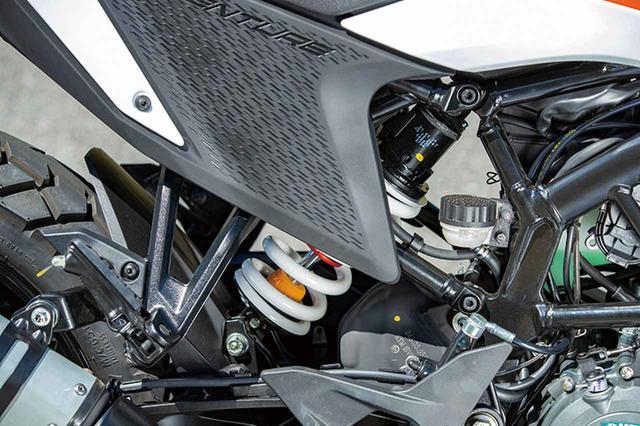 画像: KTMらしく、サスペンションはWP製。リアショックにはプリロード調整やリバウンド調整機構も備わっている。